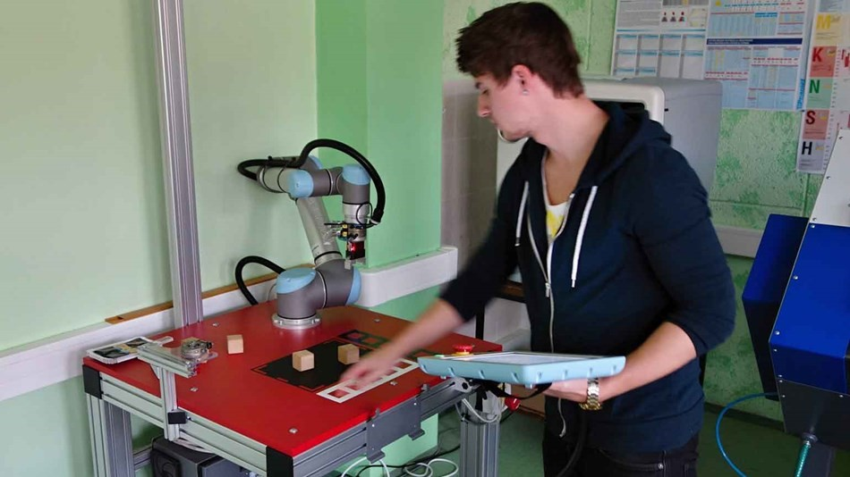 ur5_collaborative_robot_training_the_next_generation_of_mechatronic_střední_škola.jpg